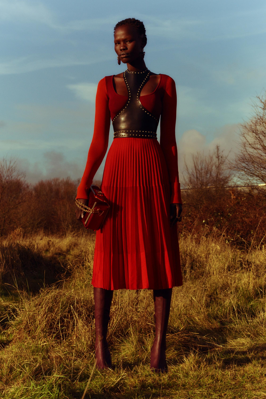 Alexander McQueen красного цвета платье с кожаными вставками 2018-2019