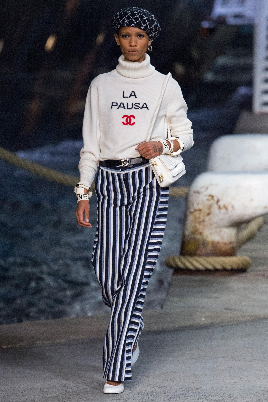 Chanel белый свитер с надписью 2019 с брюками в полоску