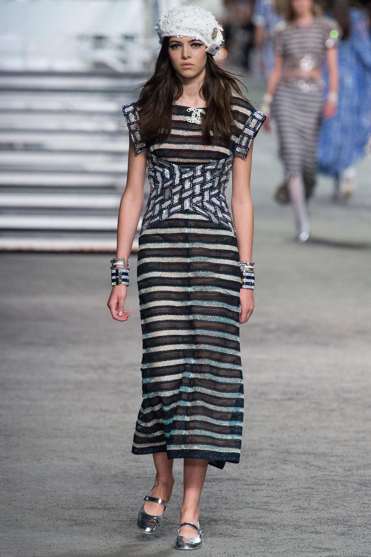 Chanel удлиненное платье в горизотальную полоску черно-белого цвета 2018-2019
