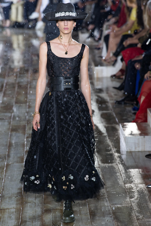 Christian Dior черное кружевное платье 2019 с необычным кожаным поясом