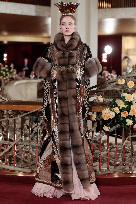 Dolce & Gabbana длинная шуба из натурального меха 2019 с короткими рукавами