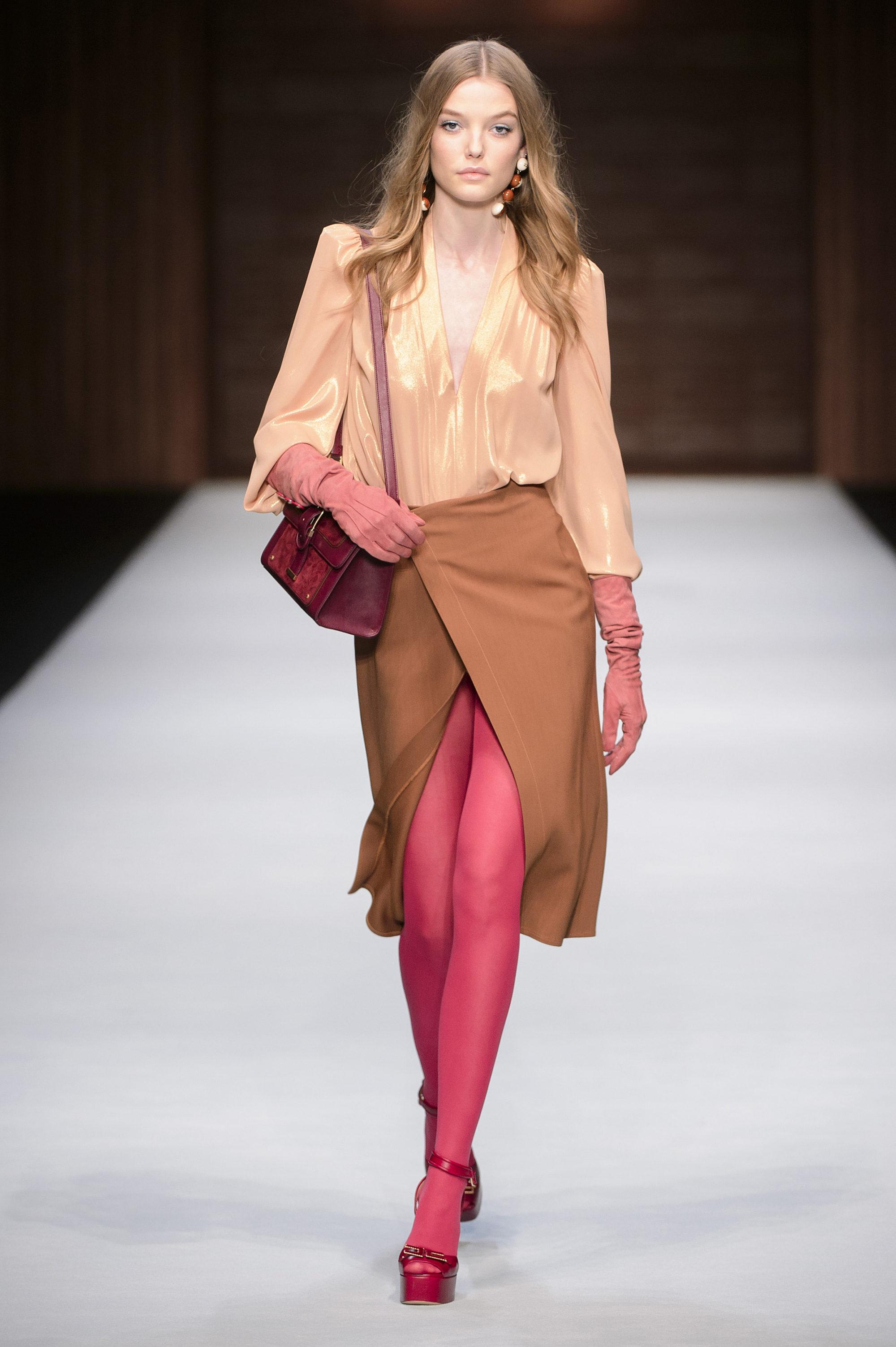 Elisabetta Franchi модная атласная блузка 2019 бежевого цвета