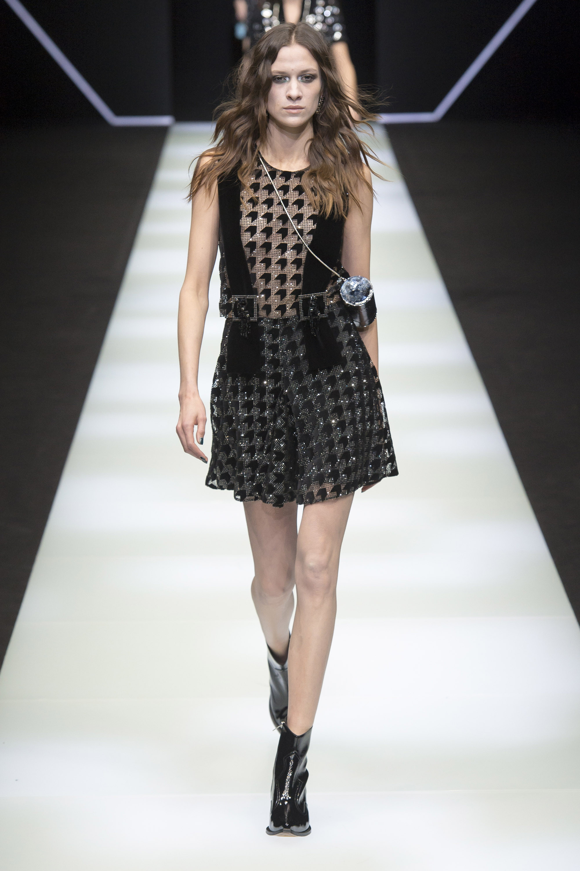 Emporio-Armani короткое платье 2019 черного цвета в клетку