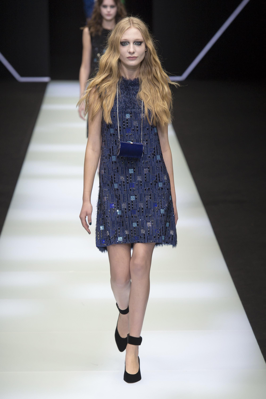 Emporio-Armani короткое платье синих тонов 2019 со стразами