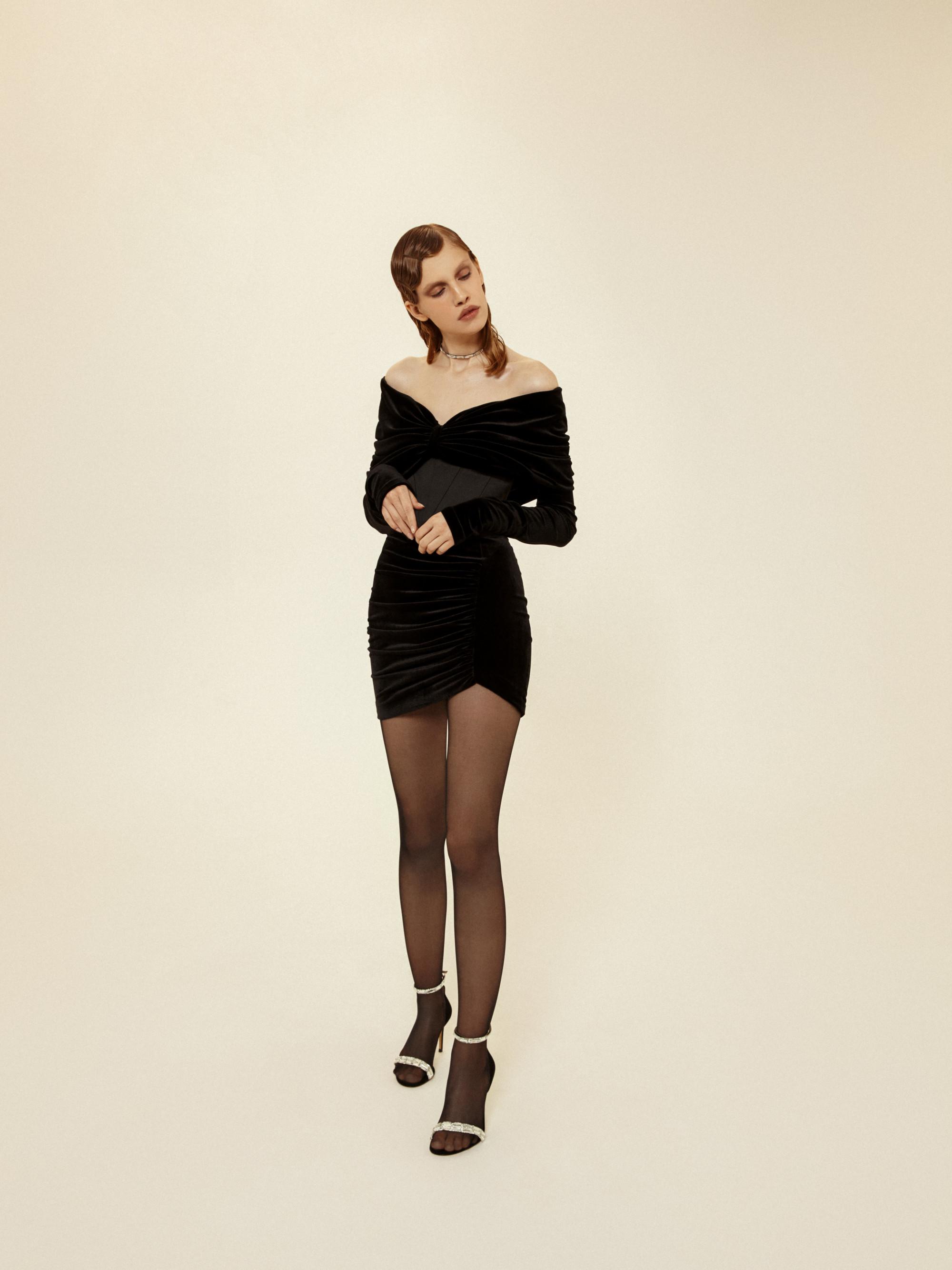 Ester Abner черное короткое платье 2019 с большим вырезом