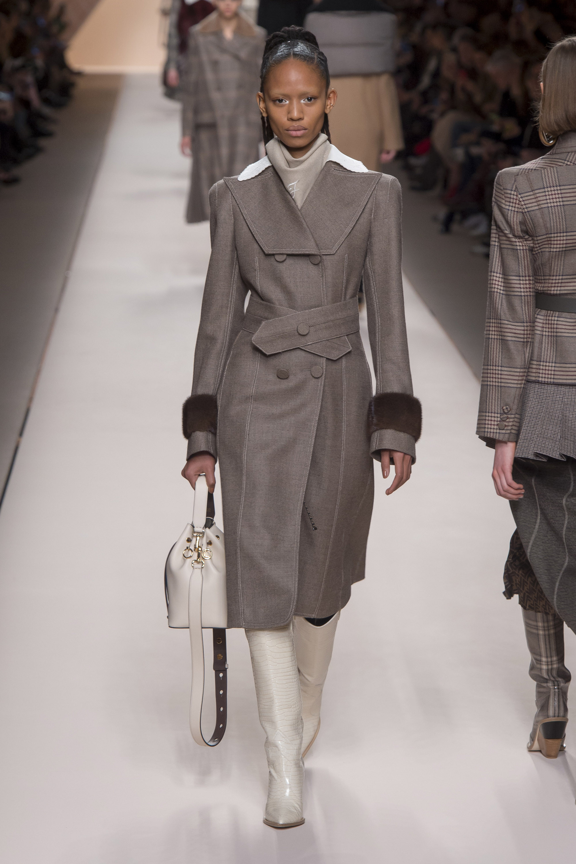 Fendi серое пальто 2019 с норковыми манжетами