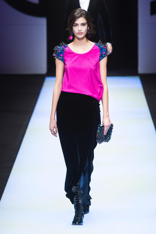 Giorgio Armani модная блузка 2019 ярко-малинового цвета с синими короткими рукавами