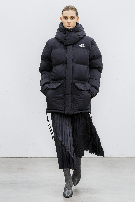 Hyke черный оверсайз пуховик 2019 с черной юбкой плиссе