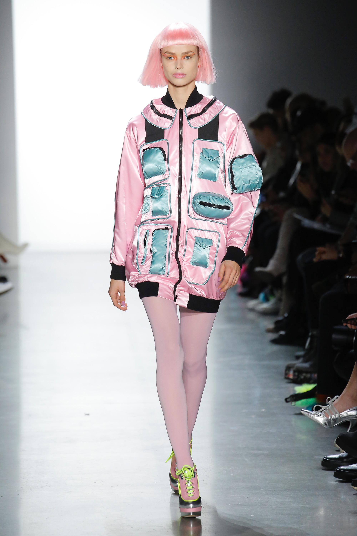 Jeremy Scott блестящая курточка розового цвета с голубыми накладными карманами 2019 с розовыми чулками и обувью