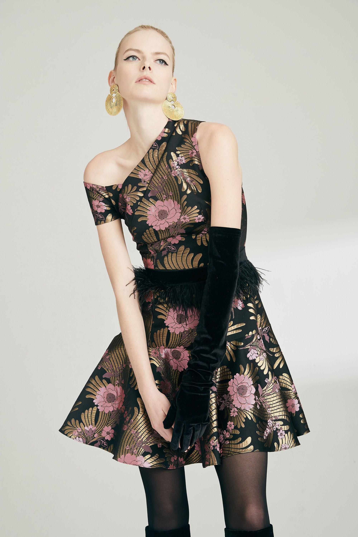 Josie Natori короткое с ассиметричным вырезом платье 2019 с крупным цветочным принтом