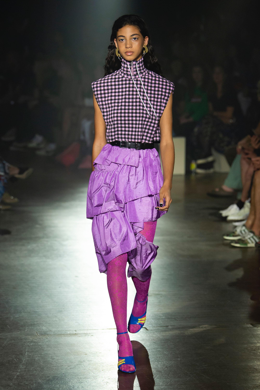 Kenzo ярко-фиолетового цвета ассиметричная юбка 2019 с клетчатой блузкой черно-фиолетового цвета