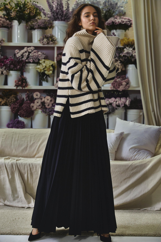 Khaite бежевый свитер в черную полоску 2019 с длинной черной юбкой