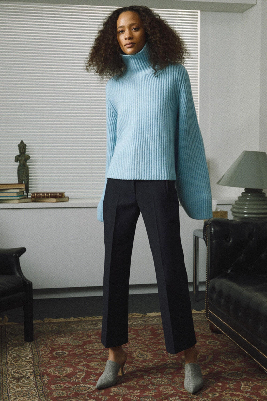 Khaite свитер голубого цвета с длинными рукавами 2019 с черными брюками