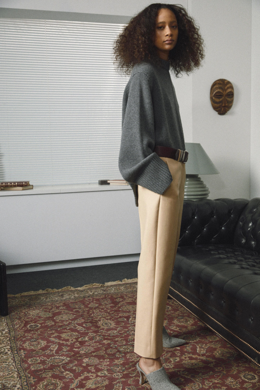 Khaite темно-серый свитер 2019 с бежевыми брюками