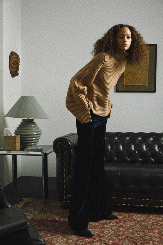 Khaite свитер бежевого цвета 2019 с черными бархатными брюками