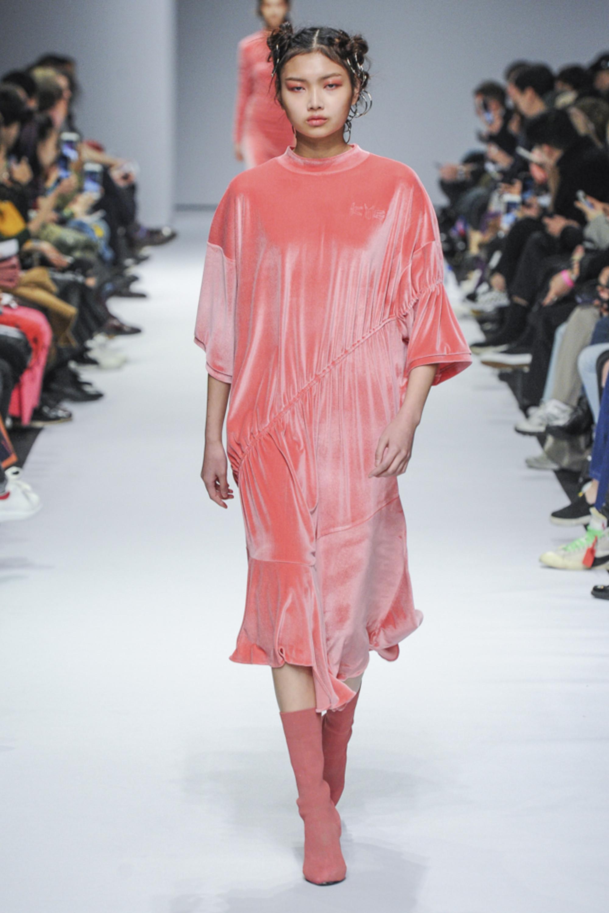 Kye розового оттенка велюровое платье 2019 с розового цвета сапогами