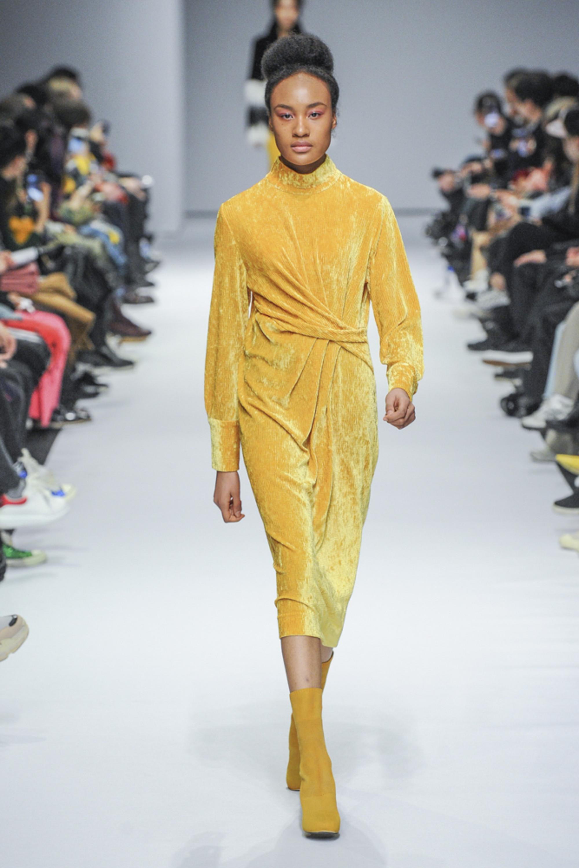 Kye платье из велюра 2019 оттенка Цейлонский жёлтый с бархатными сапожками в тон