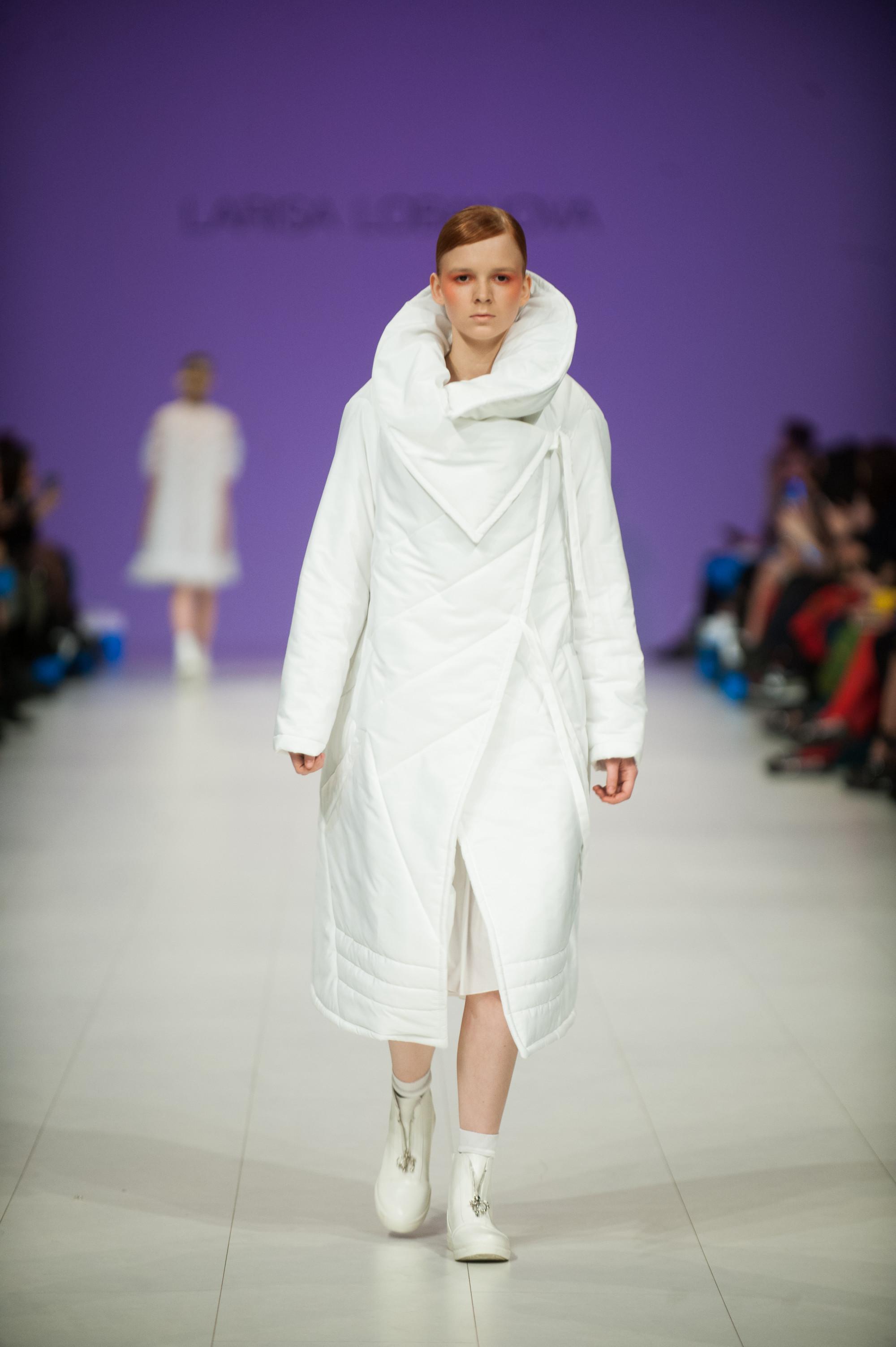 Larisa Lobanova белое стеганное пальто 2019 с объемным воротником
