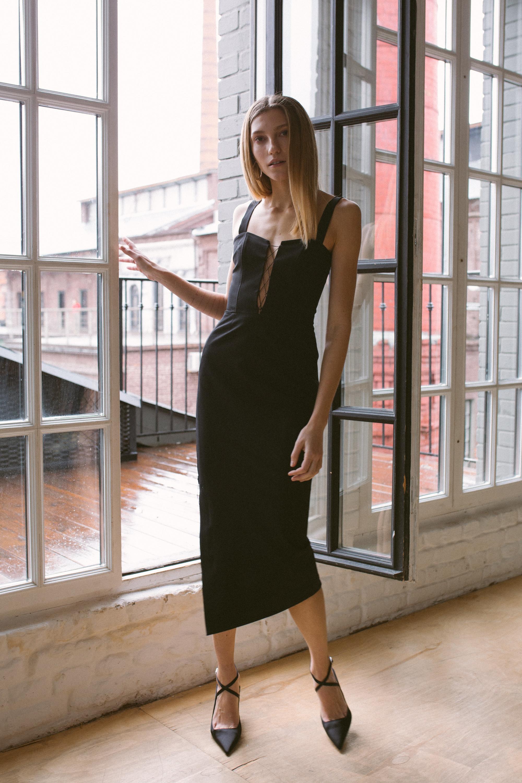 Luda Nikishina черное обтягивающее платье длины миди 2019 со шнуровкой на груди
