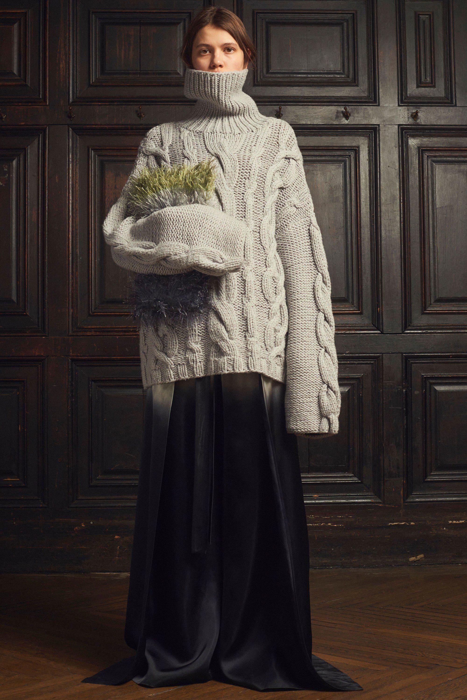 Marina Moscone свитер оверсайз серого цвета 2019 с длинной юбкой