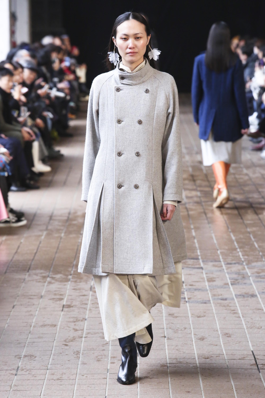 Matohu пальто светло-серого цвета 2019 со складками и вортником стойка