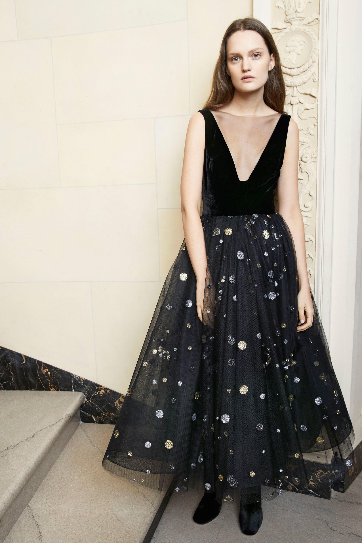 Monique Lhuillier черное платье 2019 с пышной юбкой и глубоким вырезом