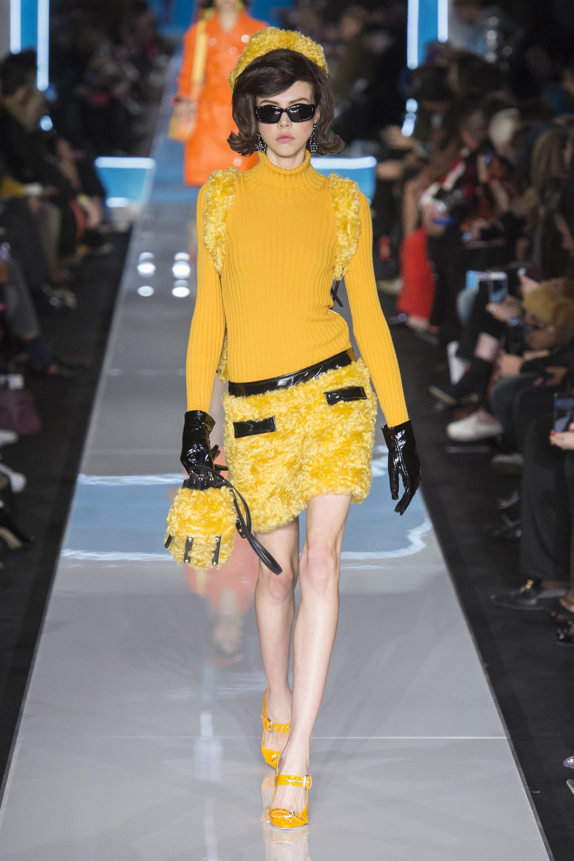 Moschino мягкая меховая короткая юбка и водолазка 2019 желтых оттенков