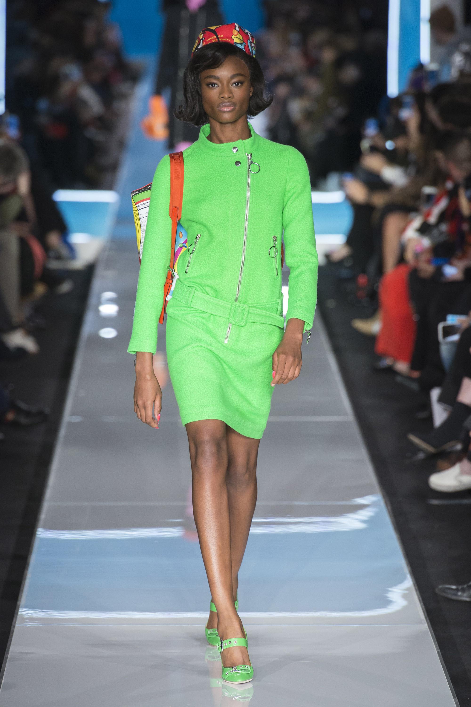 Moschino короткое платье ярко-салатового цвета 2019 с туфлями в тон