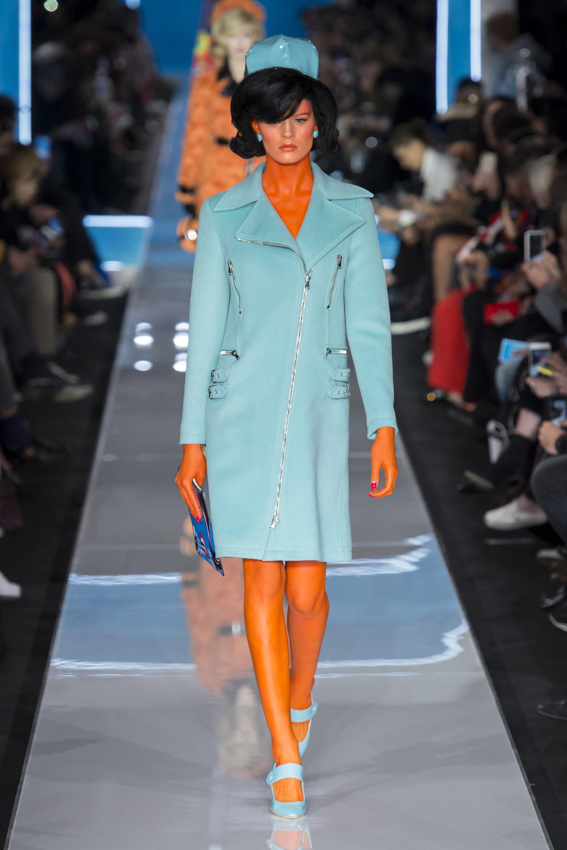 Moschino платье голубого оттенка 2019 с туфлями голубого цвета