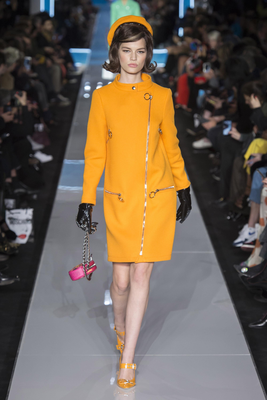 Moschino платье 2019 ярко насыщенного желтого цвета с туфлями в тон