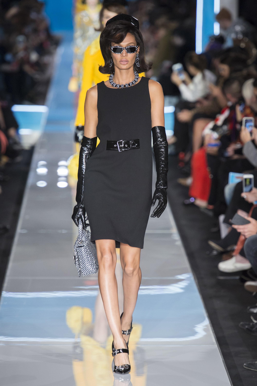 Moschino черное короткое платье 2019 с маленьким лакированным ремешком