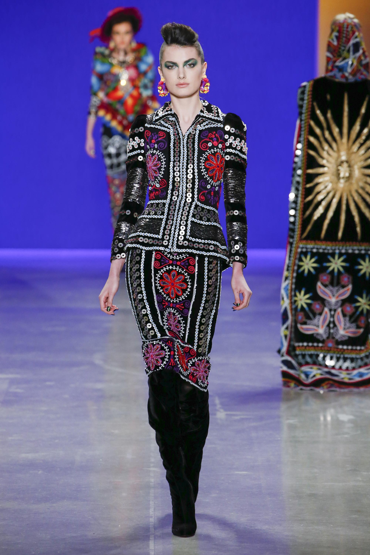 Naeem Khan костюм с юбкой с ярким разноцветным принтом и паетками 2019 с длинными замшевыми сапогами