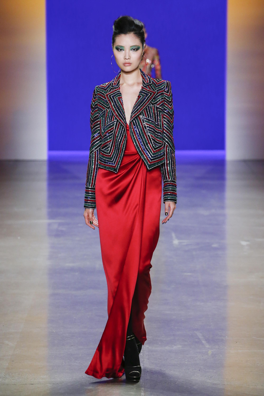 Naeem Khan длинное платье из красного атласа 2019 с пиджаком в яркую полоску