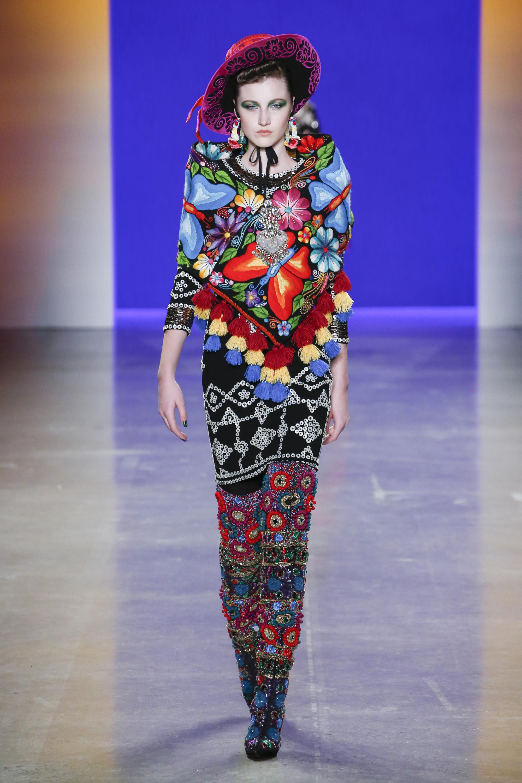 Naeem Khan платье яркой расцветки с паетками 2019 с сапогами с яркими разноцветными стразами и паетками