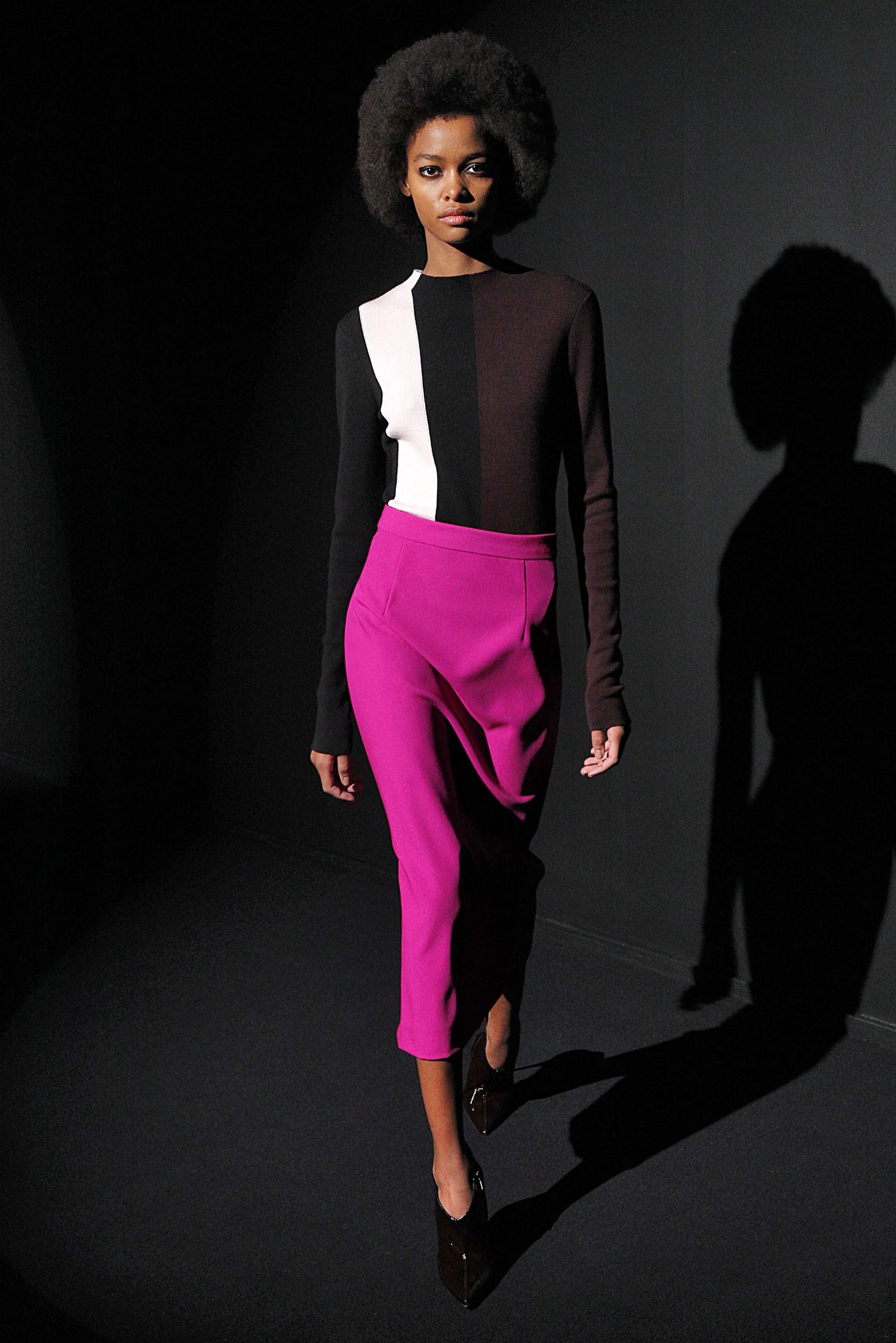 Kenzo узкая юбка миди ультрафиолетовой расцветки 2019 с кофтой темно-коричневого цвета с черной и белой полосой