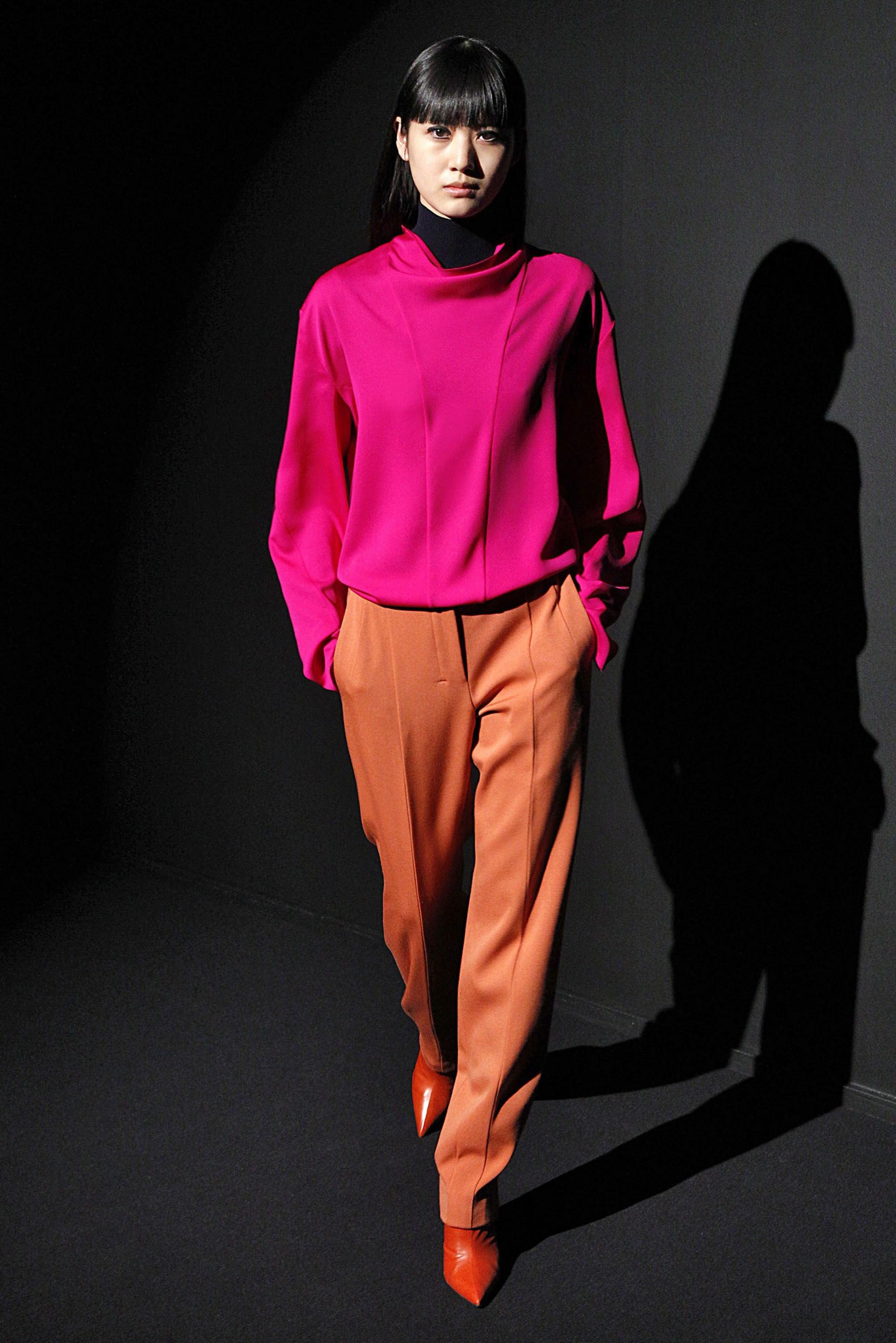 Narciso Rodriguez кофта розово-фиолетовой расцветки 2019 с брюками желто-оранжевого цвета и оранжевыми туфлями