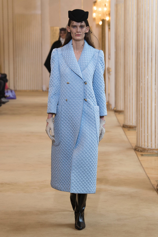 Nina Ricci голубое стеганное пальто 2019 с большими накладными карманами и воротником шалька