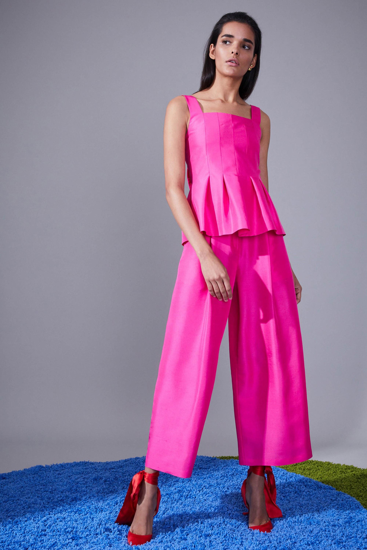 Novis брючный костюм ярко розово-фиолетового цвета 2019 с туфлями красного цвета с красной атласной лентой