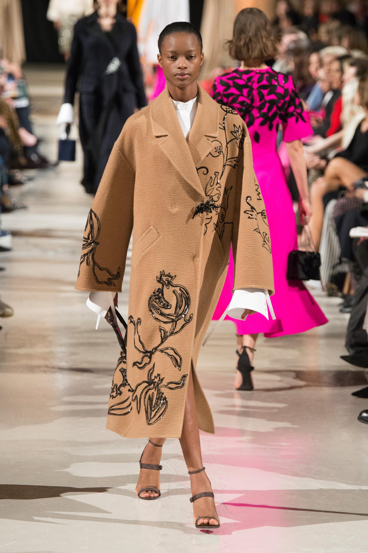 Oscar de la Renta пальто светло-коричнего цвета 2019 с вышивкой