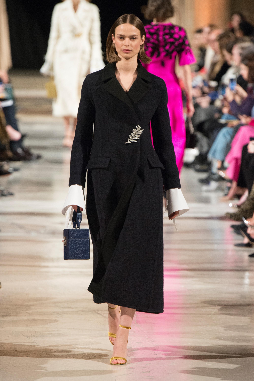Oscar de la Renta черное приталенное пальто 2019 с вышивкой