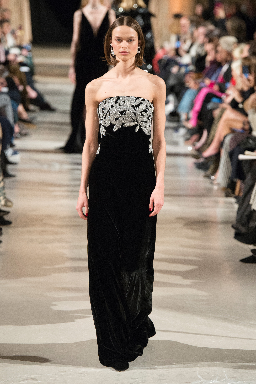 Oscar de la Renta черное длиннон платье декольте 2019 с вышивкой серебряной нитью