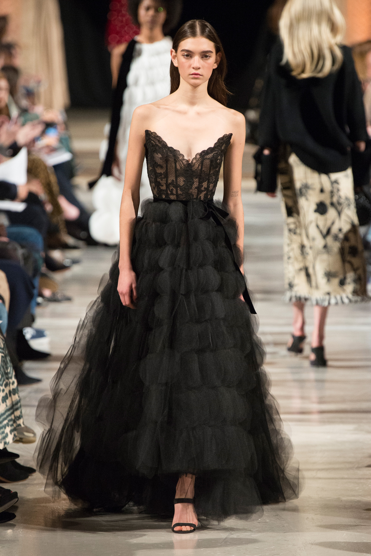 Oscar de la Renta черное длинное платье с расшитым корсетом 2019 и многослойной юбкой