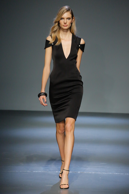 Pamella Roland черное платье футляр 2019 с открытыми плечами и глубоки вырезом