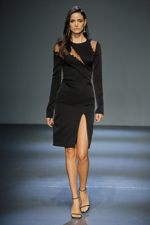 Pamella Roland черное платье 2019 с вырезами на груди и на плечах