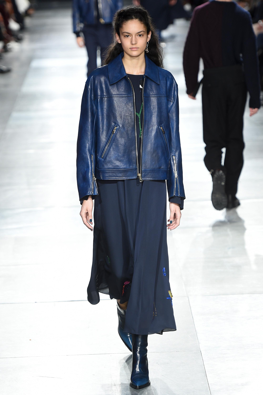 Paul Smith синяяя кожаная куртка 2019 с синей юбкой и сапогами