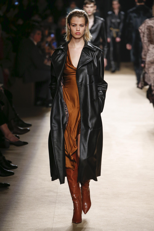Roberto Cavalli кожаное пальто черного цвета 2019 с отложным воротником