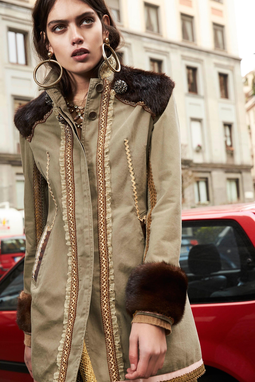 Rossella Jardini куртка светло-коричневатого оттенка с манжетами и воротником из натурального меха коричневого цвета 2019 с вышивкой и кружевами