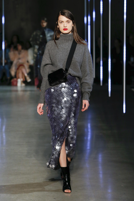 Sally LaPointe серый свитер оверсайз 2019 с юбкой с паетками