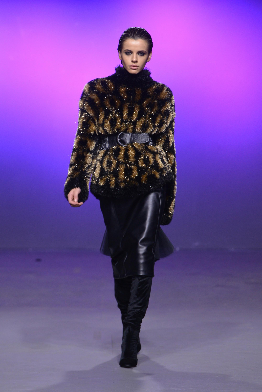 Salome куртка из искуственного меха 2019 с черным кожаным поясом и юбкой и сапогами