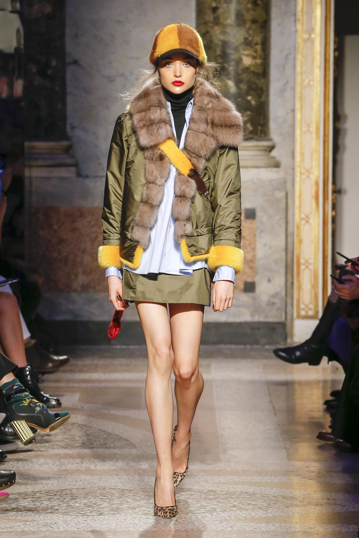 Simonetta-Ravizza куртка светло-зеленого цвета 2019 со светлым пушистым воротником из натурального меха и желтыми манжетами
